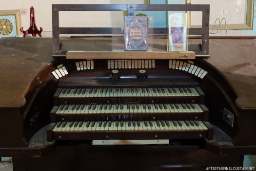 A close up of the theater organ.