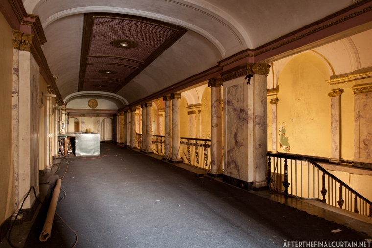 A bar was added to the lobby mezzanine when the theater was in use as a concert venue